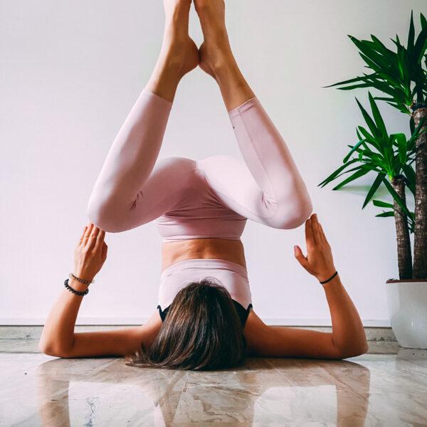 pratica vinyasa yoga con claud